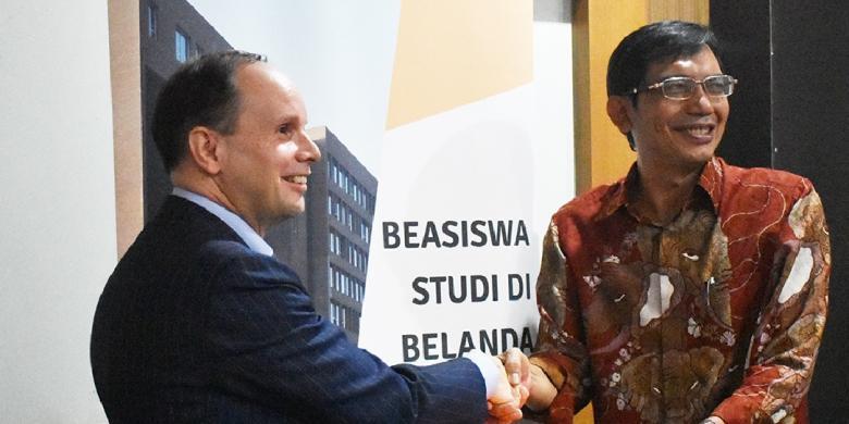 Penyerahan beasiswa Studeren in Nederland atau StuNed tersebut sudah dilakukan di Bandung, Rabu (31/8/2016) lalu, oleh Han Dommers, Direktur NESOs, kepada Suhono Supangkat, Direktur Smart City and Communication Innovation Center ITB.