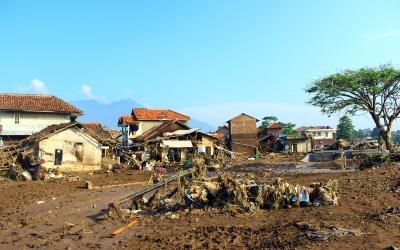 Suasana daerah aliran sungai yang terkena dampak akibat banjir Sungai Cimanuk