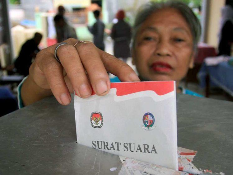 Ilustrasi pemberian surat suara pada saat pemilu.   Ist