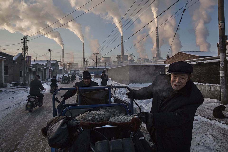 http://telegraf.co.id/wp-content/uploads/2016/12/Kevin-Frayer-Chinas-Coal-Addiction-FB-Insta.jpg