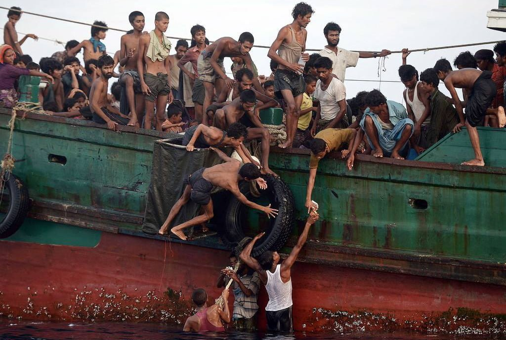 http://telegraf.co.id/wp-content/uploads/2016/12/Rohingya-migrants-pass-food-supplies-dropped-by-a-Thai-army-helicopter-to-others-aboard-a-boat-drifting-in-Thai-waters-off-the-southern-island-of-Koh-Lipe-in-the-Andaman-sea.jpg