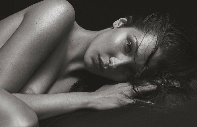 Bella Hadid Lakukan Pose Semi Telanjang di V Magazine