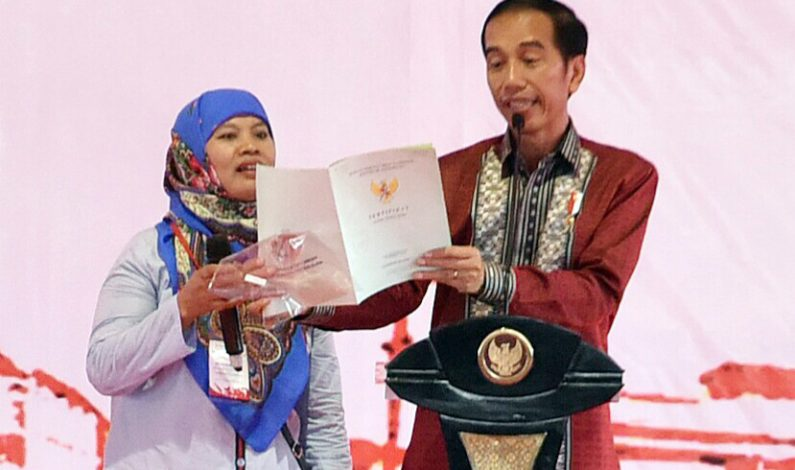 Jokowi Bagikan Sertifikat Tanah dan Meminta Kementerian ATR/BPN Kerja Keras