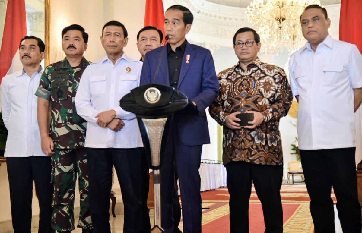 Presiden Jokowi didampingi sejumlah pejabat menyampaikan pernyataan pers terkait kerusuhan di Mako Brimob, di Istana Kepresidenan Bogor, Jabar, Kamis (10/5) siang. | Foto: Setkab/Nia