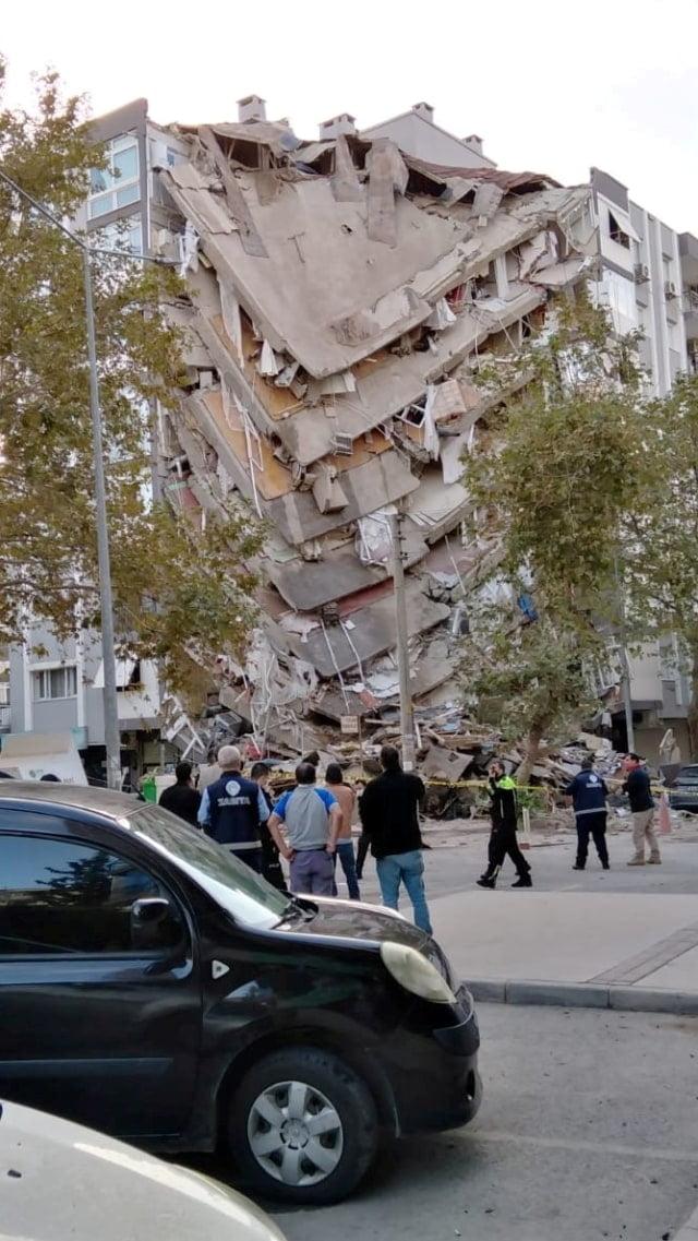 Sebuah bangunan runtuh setelah gempa bumi, di provinsi pesisir