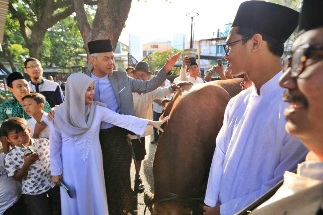 Berkurban, Gubernur Jateng Ganjar Pranowo pakai 5.000 besek untuk bungkus daging kurban. Gus Wahid