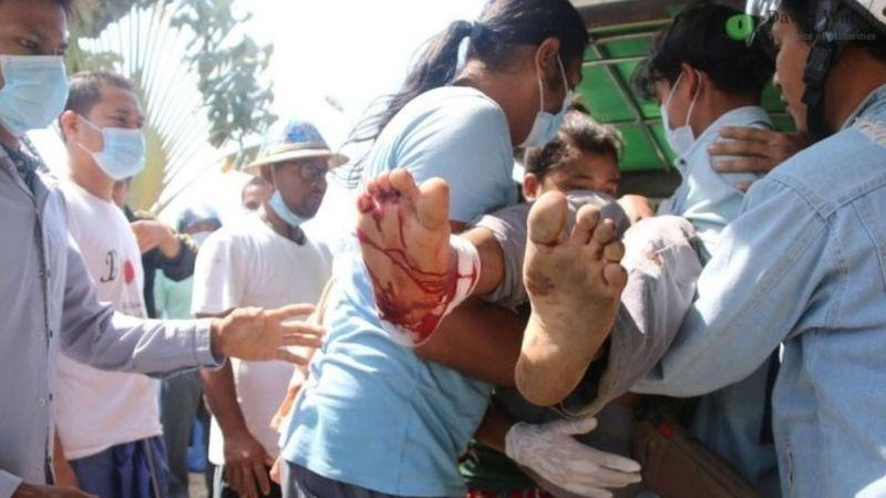 Petugas medis membawa pergi pengunjuk rasa yang terluka di Dawei. REUTERS