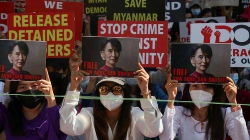 Selain menentang kudeta, para demonstran juga menuntut dibebaskannya Aung San Suu Kyi. Getty Images