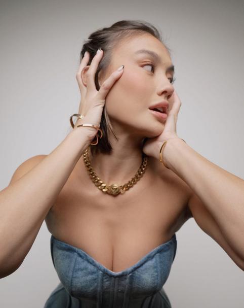 Pesona Agnez Mo Dalam Gemerlap Versace